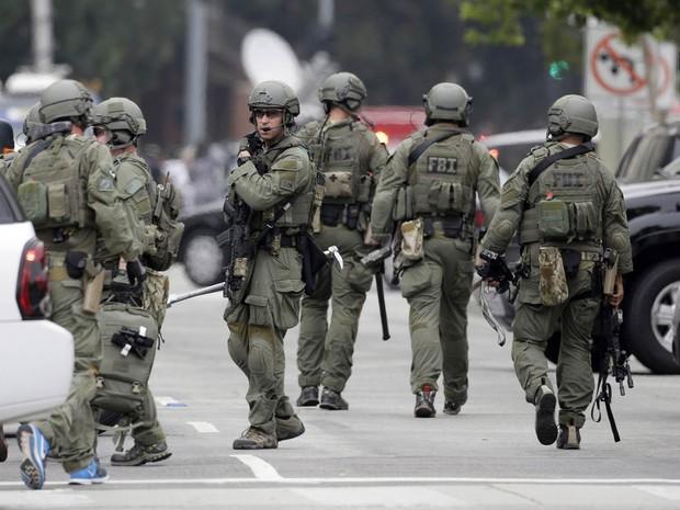 Equipe da Swat, do FBI, chega a área interditada do campus da Universidade da Califórnia em Los Angeles (UCLA), EUA, após relato de tiros (Foto: Nick Ut/AP)