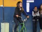 Estudantes pedalam  e geram energia (Reprodução EPTV)