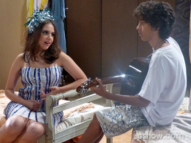 Clara e Gui cantam juntos e se divertem (Foto: Malhação / TV Globo)