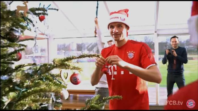 """BLOG: Jogadores do Bayern decoram árvore de Natal, e Rafinha canta """"Ai se eu te pego"""""""