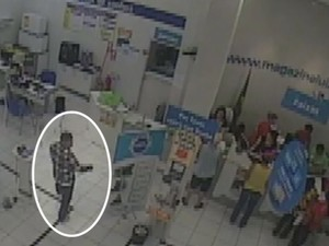 Cinco homens roubaram uma loja em São João da Boa Vista (Foto: Reprodução/EPTV)