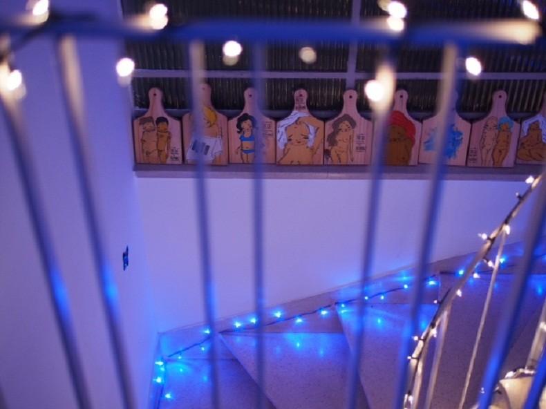 Detalhe da Casa, com o trabalho da artista residente Negahamburguer - ela cria imagens à partir de questões comuns à mulher, principalmente a respeito da forma com que seu corpo é visto pela sociedade (Foto: Tel Amiel / Flickr Casa de Lua)