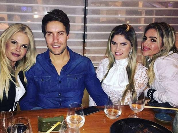 Monique Evans, Antonio Villarejo, Bárbara Evans e Cacá Werneck jantam juntos (Foto: Instagram/ Reprodução)