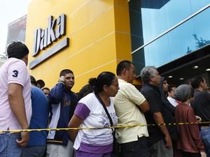 Consumidores esperam para entrar na loja Daka em Caracas (Foto: Reuters)