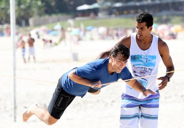 Marcelo Melo Jr. gravando a novela Babilônia na praia (Foto: ANDRÉ FREITAS/AGNEWS )