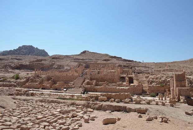Uma das vias principais do sítio arqueológico de Petra é vista quase sem visitantes (Foto: Juliana Cardilli/G1)