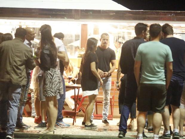 Malvino Salvador e Kyra Gracie em quiosque na Barra da Tijuca, na Zona Oeste do Rio (Foto: Ag. News)
