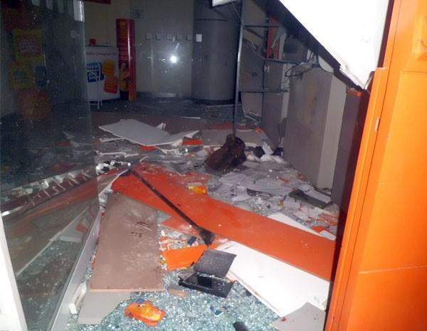 Assaltantes explodem caixa eletrônico em Poço Fundo, MG. (Foto: Jornal de Poço Fundo)