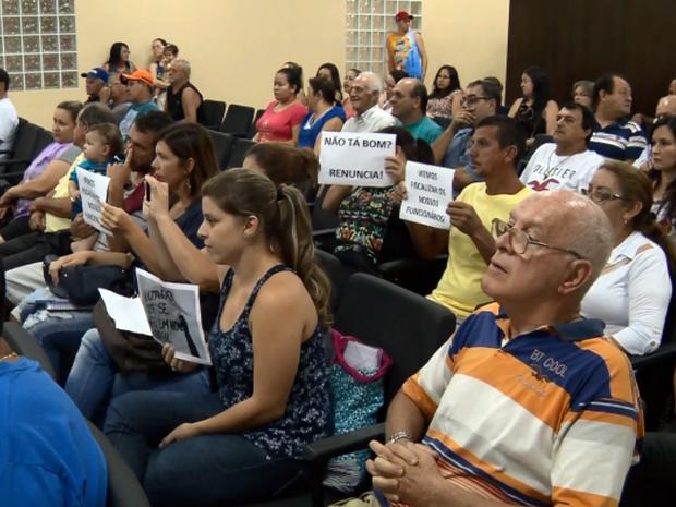 Moradores protestaram durante reunião da Câmara de Conceição dos Ouros (MG) (Foto: Reprodução EPTV)