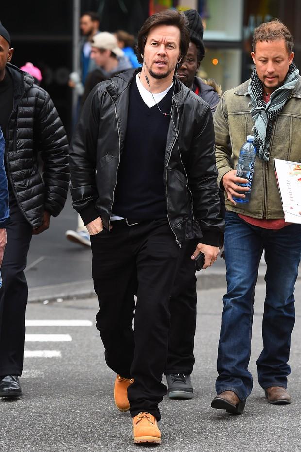 O modelo apareceu junto de um look inteiro em preto de Mark Wahlberg (Foto: Divulgação)