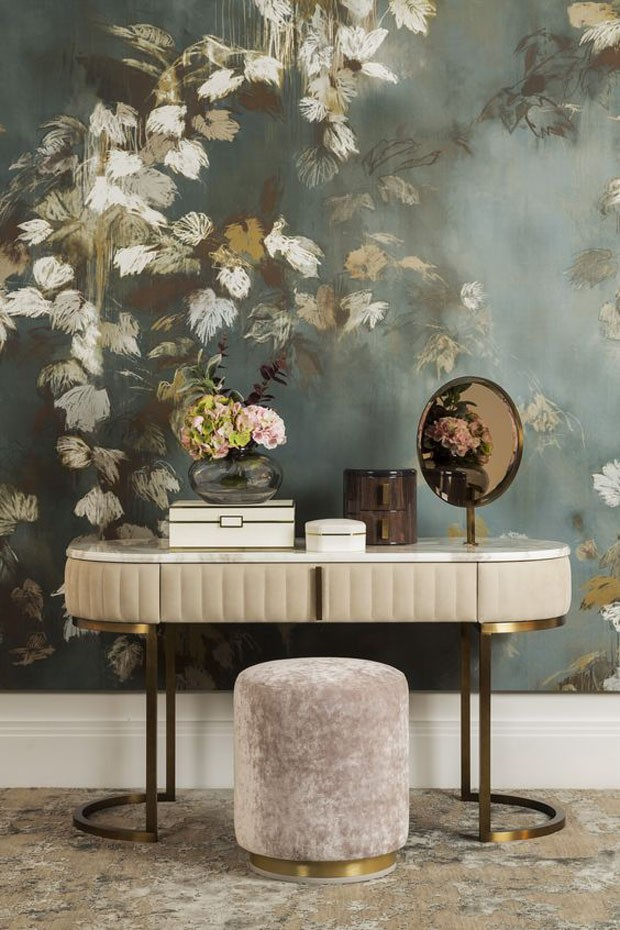 Décor do dia: penteadeira rosa e papel de parede floral