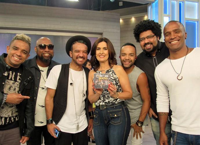 Fátima com os músicos do grupo Bom Gosto (Foto: Carolina Morgado/Gshow)
