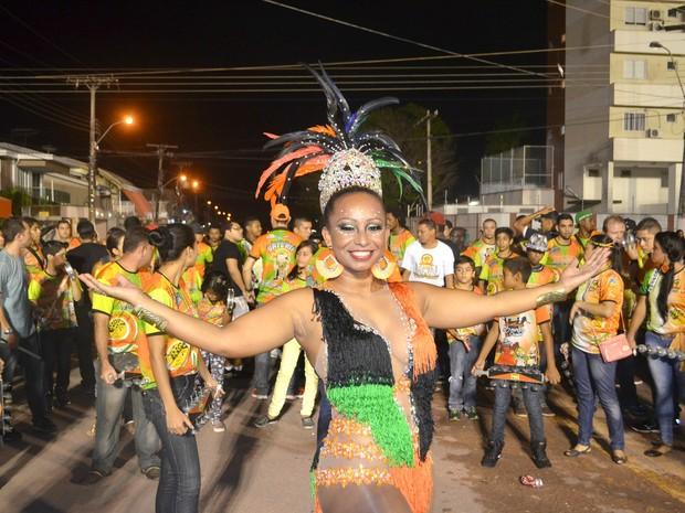 Adrini Maciel, de 33 anos, rainha de bateria da Piratas Estilizados  (Foto: John Pacheco/G1)