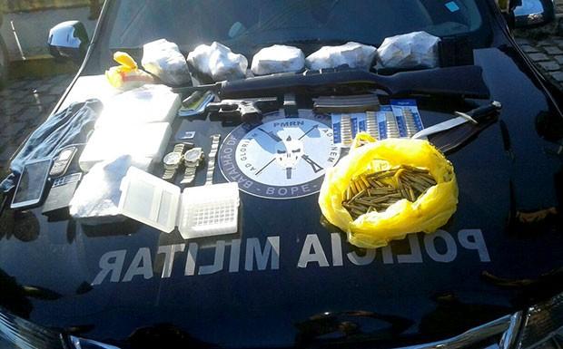 Durante o cumprimento dos mandados, foram apreendidos um fuzil e quatro quilos de maconha (Foto: Divulgação/PM)