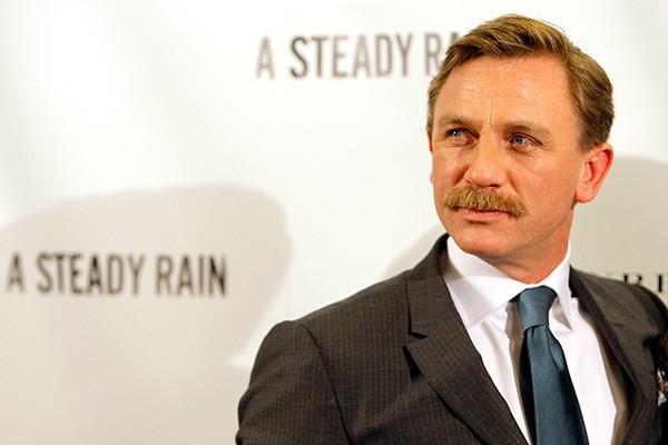 Seria o bigode um disfarce para James Bond? De qualquer forma, o ator Daniel Craig fica, no mínimo, bem diferente com ele.  (Foto: Getty Images)