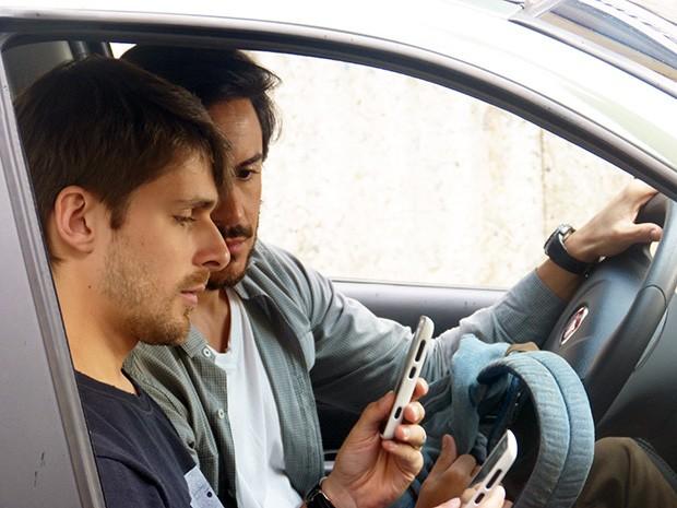 Herval dá o celular de Jonas para Zac clonar  (Foto: Angélica Bastos/Gshow)