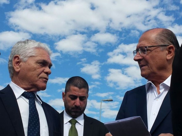 Secretário de Administração Penitenciária, Lourival Gomes, e Geraldo Alckmin em Piracicaba (Foto: Claudia Assencio/G1)