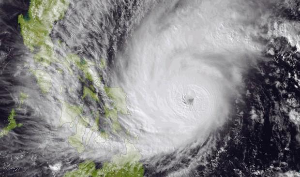 Imagem registrada no dia 5/12 pela Administração Nacional Oceânica e Atmosférica (NOAA, em inglês) mostra o tufão Hagupit se aproximando da costa das Filipinas (Foto: NOAA/AP)