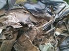 Carga de ferro velho cai em cima de carro ( girodenoticias )