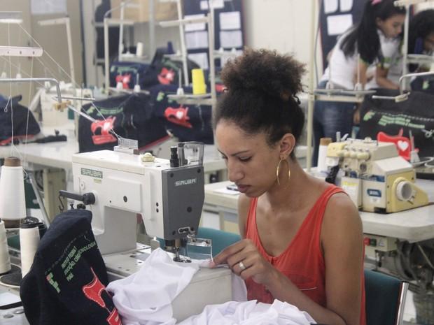 Alunas na produção das roupas adaptadas (Foto: Karynne Katiuzia )