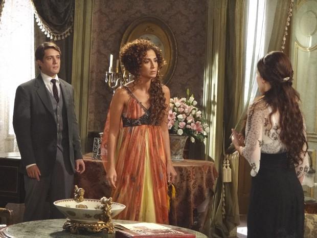 Isabel se sente traída pela amiga, em armação que Albertinho participa (Foto: Lado a Lado/TV Globo)