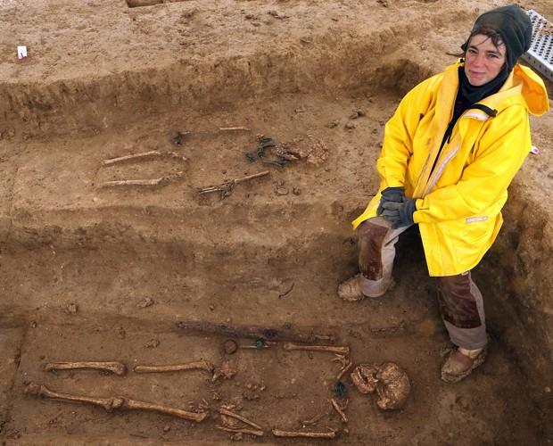 Arqueóloga nos arredores de ossadas de 2,2 mil anos desenterradas na região francesa de Troyes (Foto: François Nascimbeni/AFP)