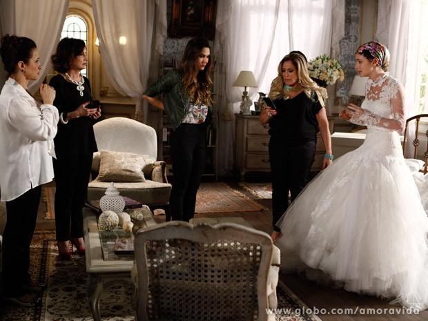 Nicole se choca com a atitude de Lídia (Foto: Amor à Vida / TV Globo)