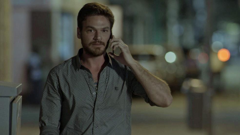 O pai de Dedé (João Bravo) sai sem avisar a esposa. No meio do caminho, Rubinho liga para Bibi com uma desculpa (Foto: TV Globo)