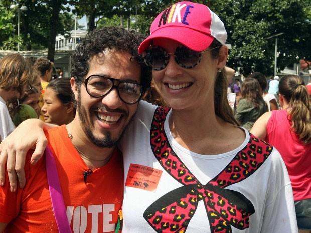 O deputado federal, Jean Wyllys, e a atriz Luana Piovani durante manifestação contra o deputado Marco Feliciano neste domingo (Foto: Marcos de Paula/ Estadão )