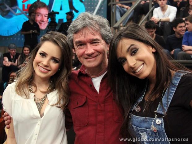 Serginho Groisman posa para foto com Sandy e Anitta (Foto: TV Globo/Altas Horas)