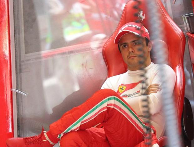 Felipe Massa nos boxes da Ferrari durante os treinos para o GP da Hungria (Foto: AFP)