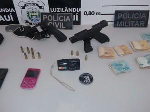 Dinheiro e arma de fogo foram apreendidos com quadrilha (Foto: Divulgação/Polícia Civil)