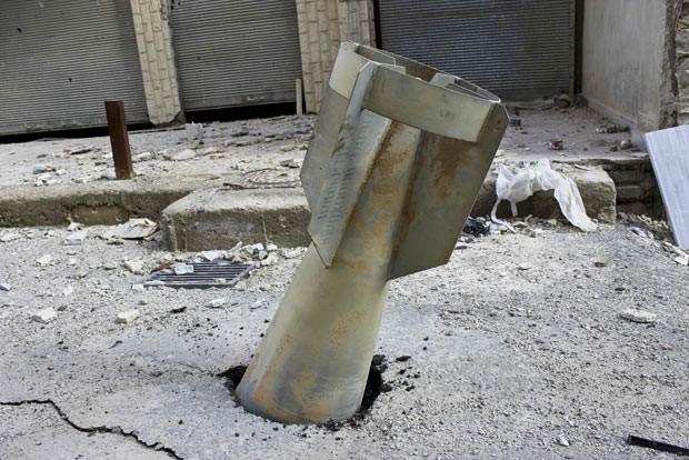 Ogiva que não explodiu é vista em Ghouta, a leste de Damasco, nesta quarta-feira (19) (Foto: Reuters)