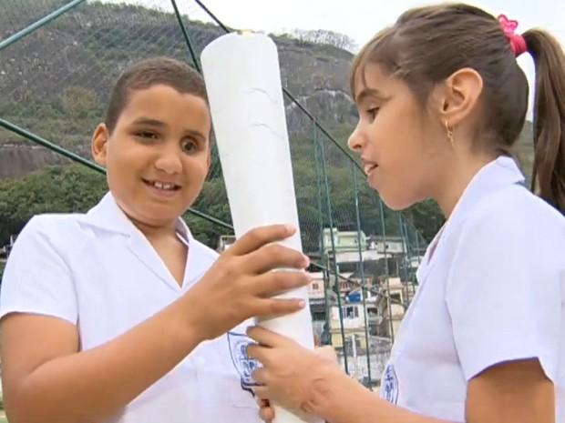 Tocha paralímpica emociona crianças deficientes visuais (Foto: Reprodução/TV Globo)
