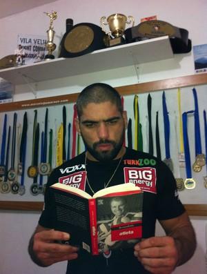 Marcelo Magrão lendo livro de Bernardinho (Foto: Arquivo Pessoal)