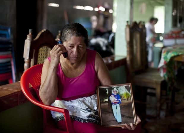Mãe fala ao telefone com médicos e parentes para receber notícias do filho, pescador que sobreviveu após 13 meses à deriva (Foto: Jose Cabezas/AFP)
