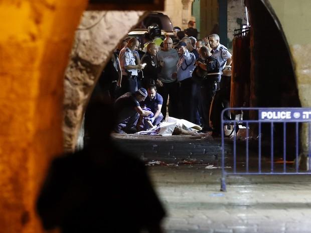 Forças de segurança israelenses fazem perícia em local do ataque na Cidade Velha de Jerusalem neste sábado (Foto: Ahmad Gharabli/AFP)