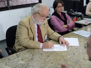José Tadeu Jorge, reitor da Unicamp,  assina acordo com o Ministério Público do Trabalho (Foto: Ministério Público do Trabalho)