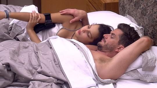 Resumo BBB: Emilly e Marcos vão de romance a papo de Paredão na manhã de sábado, 25/2