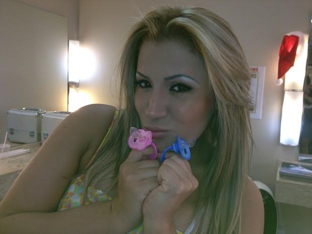 Adriana Sant, que diz estar grávida do sertanejo Eduardo Costa, posa com sapatinhos: 'Se for menino, vai se chamar Junior. Se for menina, será vitória' (Foto: Divulgação/ Fábio César Fotografia)