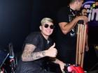 Mc Gui vai à Comic Con usando muletas e carrinho elétrico