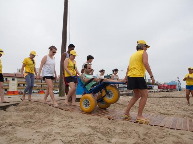 Ténicos se preparam para auxiliar cadeirante em praia gaúcha (Foto: Camila Domingues/Palácio Piratini)