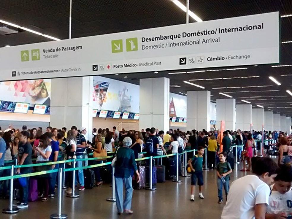Passageiros esperam em filas para realizar check-in e despachar bagagem no aeroporto de Brasília (Foto: G1/DF)