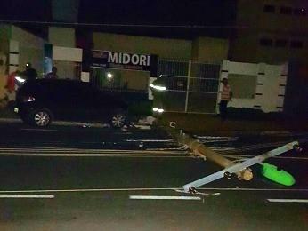 Carro bateu e derrubou em poste de Cuiabá (Foto: Arquivo pessoal)