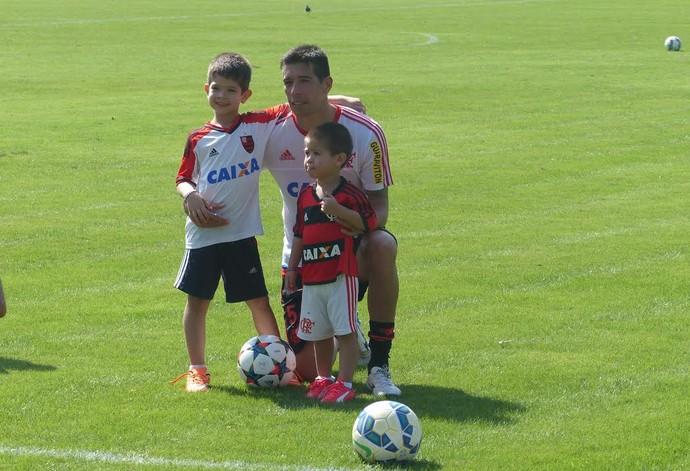 Cáceres e os filhos Flamengo (Foto: Jessica Mello/ GloboEsporte.com)