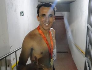 COm medalha no pescoço, Thiago Ribeiro comemora título  (Foto: Maurício Paulucci)