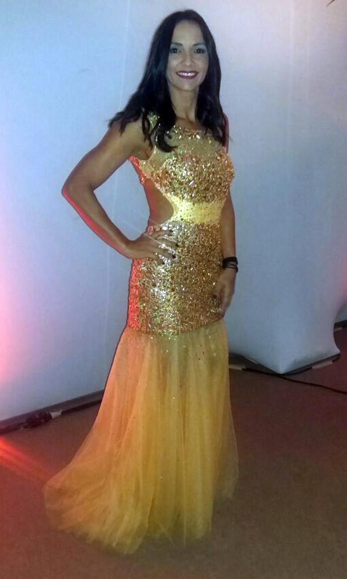 Marinalva escolheu um vestido amarelo com pedrarias (Foto: Raquel Gonzales/Gshow)