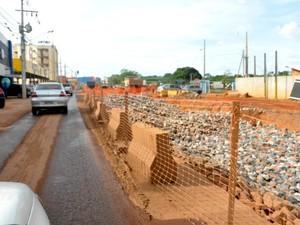 Carros têm de fazer 'fila indiana' em avenida de Várzea Grande. (Foto: Ana Cláudia Guimarães / G1)