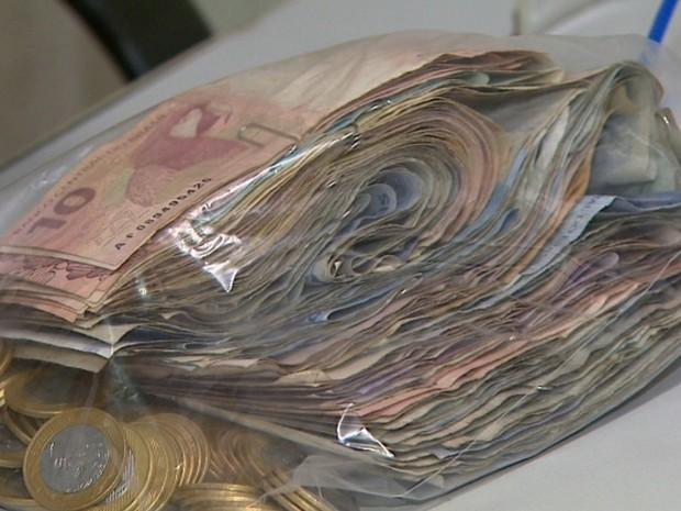 Ao todo, R$ 7,9 mil foram encontrados em meio ao lixo na casa em Ribeirão Preto, SP (Foto: Reprodução/EPTV)