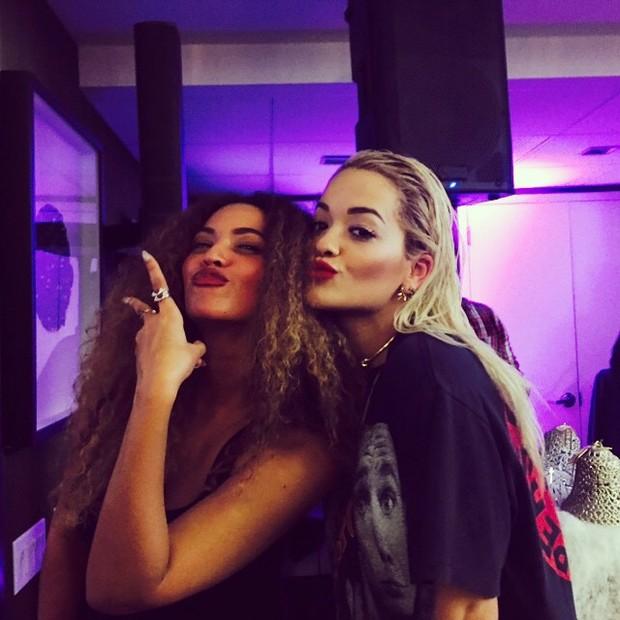 Beyoncé e Rita Ora fazem biquinho para foto em Nova York, nos Estados Unidos (Foto: Instagram/ Reprodução)
